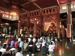 ベトナムの仏教寺院本殿.jpg