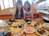 在寿司店里    王晓坤(右)