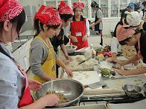 在学校模拟厨房忙碌的留学生们