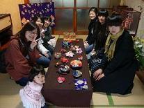 本校留学生和形状各异、颜色鲜艳的日本手工艺品